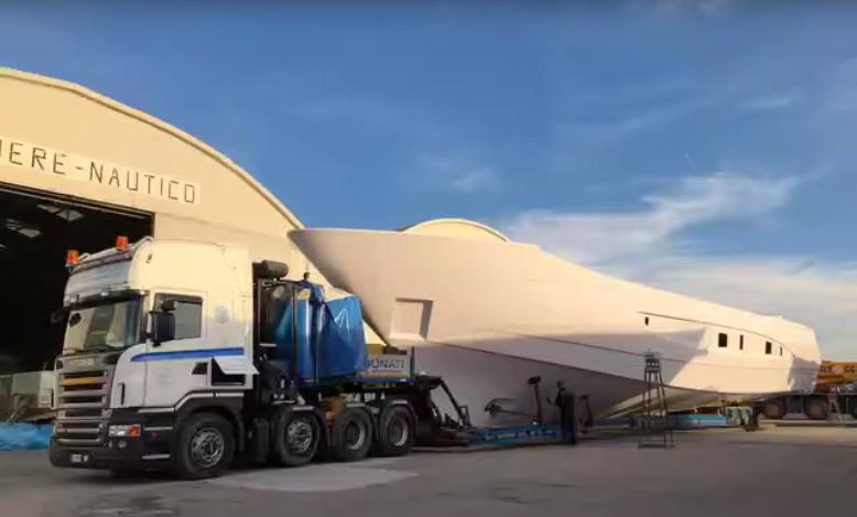 Lo scafo del nuovo Amer 120' ha raggiunto Viareggio